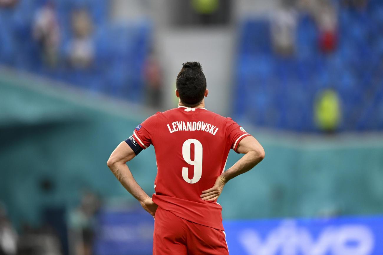 試合後、天を仰ぐポーランドFWレバンドフスキ(AP)
