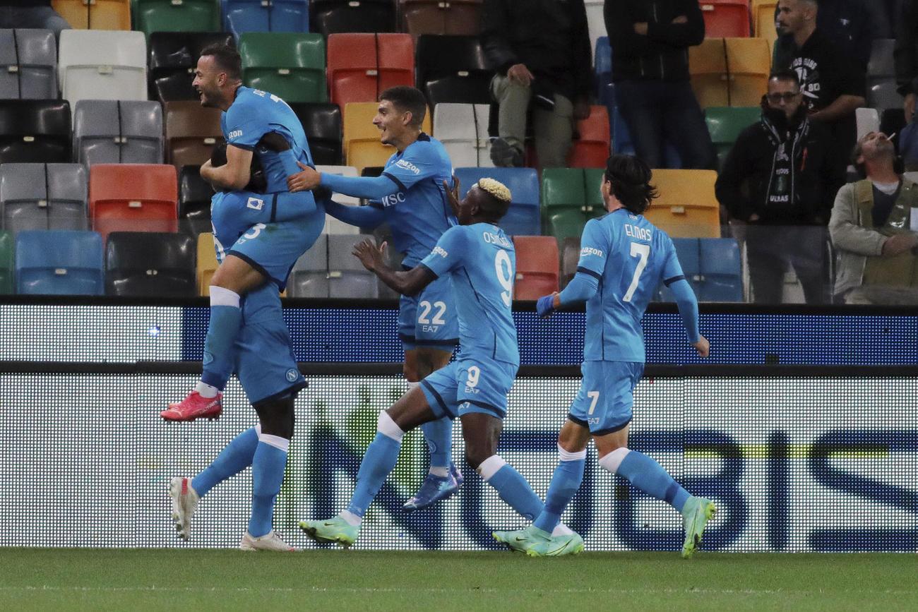 ラフマニのゴールに喜ぶナポリのイレブン(AP)