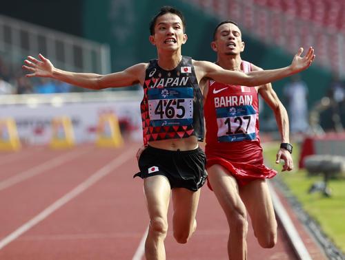 男子マラソン エルアバシ(右後方)とのトラック勝負を制し、金メダルを獲得した井上大仁(AP)