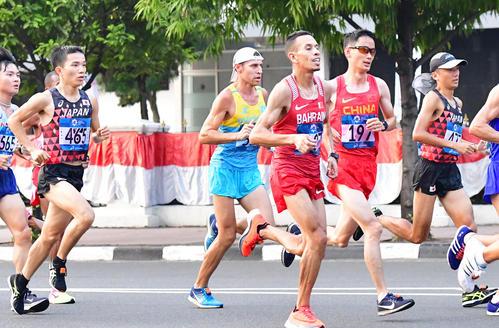 男子マラソン 中央ジャカルタ地区にあるモナス(独立記念塔)の前を通過する井上(左)と園田(右)(撮影・清水貴仁)