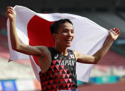 男子マラソン 日の丸を掲げてウイニングランをする井上大仁(AP)