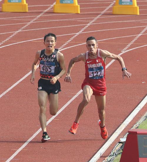 男子マラソンのゴール手前でエルアバシ(右)と接触する井上(撮影・河野匠)