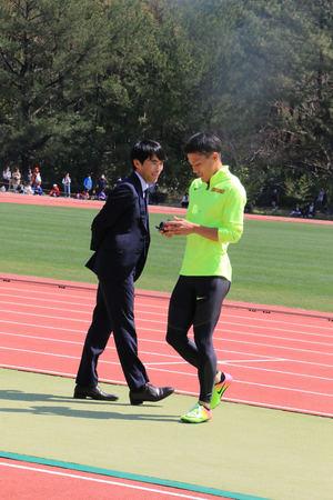 瀬田川マネジャー(左)が撮影した動画が確認する山県(撮影・上田悠太)