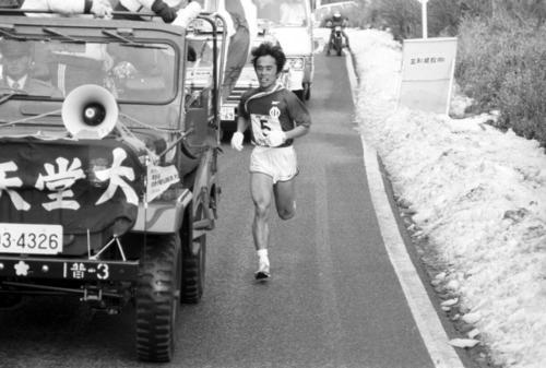 第57回箱根駅伝 5区で力走する順大・上田誠仁(1981年1月2日)