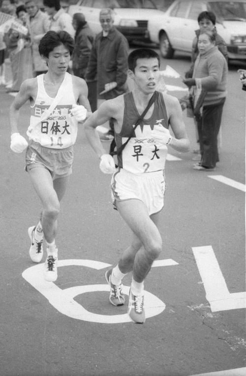 第60回箱根駅伝 2区で日体大・小田(左)を抜く早大・坂口泰(1984年1月2日)