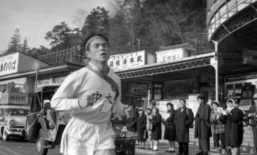 第37回大会 6区を走る中大のエース横溝三郎(1961年1月3日)