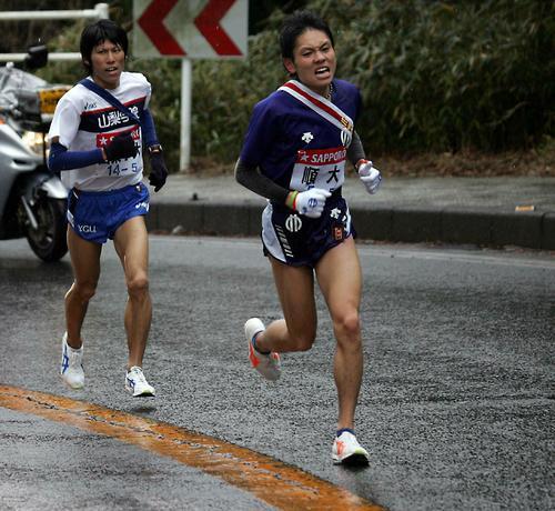 第82回大会 順大5区の今井正人(右)は山梨学院大・森本を抜き去りトップに立つ(2006年1月2日)