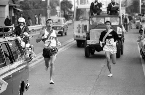 第50回 往路2区 東農大・服部誠(左)は12人抜きの快走をみせる(1974年1月2日撮影)