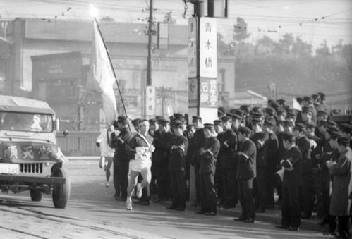 第39回箱根駅伝 2位でタスキを受け2区を走る順大の沢木啓祐(1963年1月2日)
