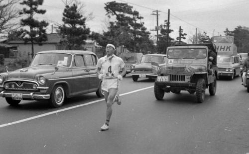 第40回大会 4区を走る日大・宇佐美彰朗。宇佐美は1968年のメキシコ五輪から3大会連続でマラソンに出場した(1964年1月2日)