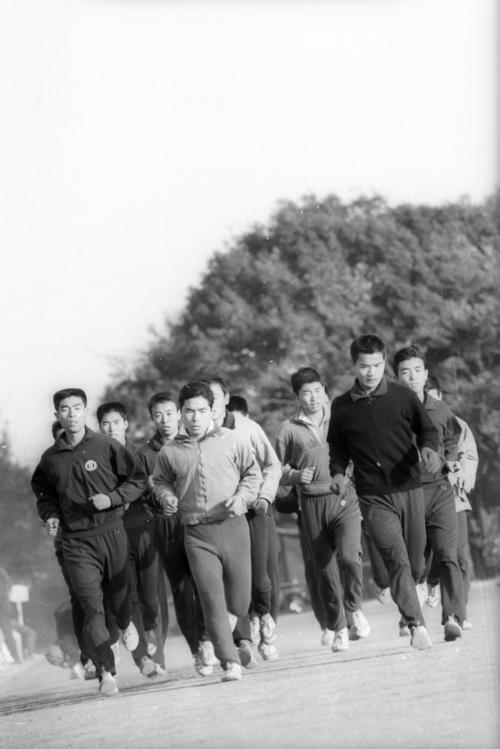 第41回箱根駅伝 小出義雄主将(中央)を先頭に、上位入賞を目指し練習をする順大チーム(1964年12月日撮影)