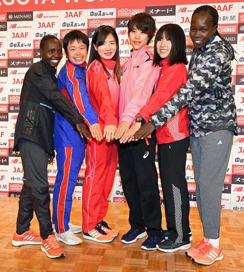 笑顔でレースでの健闘を誓う(左から)バラリー・ジェメリ、清田真央、前田彩里、小原怜、関根花観、チェイエチ・ダニエル(撮影・前岡正明)