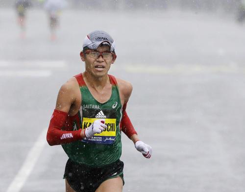 雨の中、ゴールへ向かって力走する男子優勝の川内優輝(AP=共同)