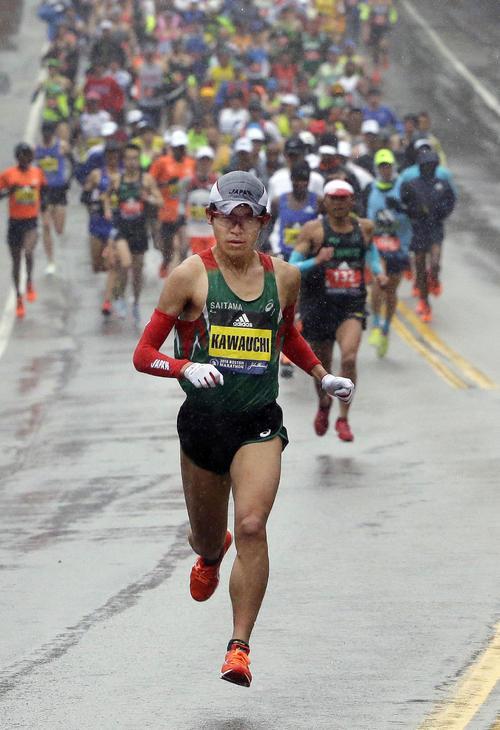 雨の中、力走する男子優勝の川内優輝(AP=共同)