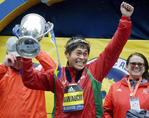 ボストン・マラソンの男子で初優勝し、トロフィーを手に笑顔の川内優輝(AP=共同)