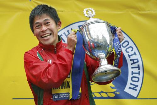 ボストン・マラソンの男子で初優勝し、笑顔でトロフィーを持つ川内優輝(ロイター=共同)