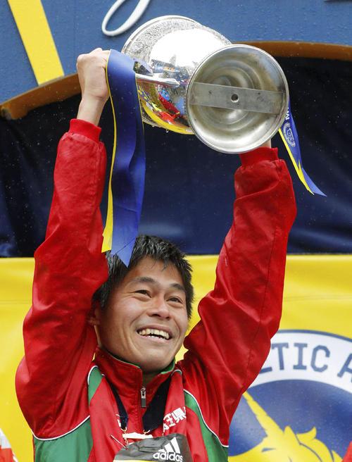 ボストン・マラソンの男子で初優勝し、トロフィーを掲げる川内優輝(ロイター=共同)