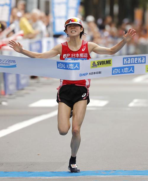 2時間28分32秒で優勝した鈴木亜由子(共同)
