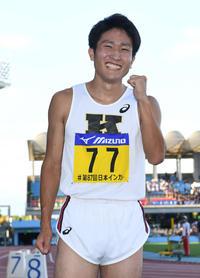 男子100メートル優勝の慶大・永田はガッツポーズ(撮影・山崎安昭)