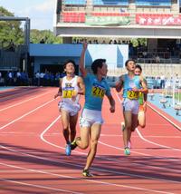 男子200メートルを制し、右腕を上げる筑波大・山下(左から2人目)。左端は3位で悔しがる慶大・永田(撮影・上田悠太)
