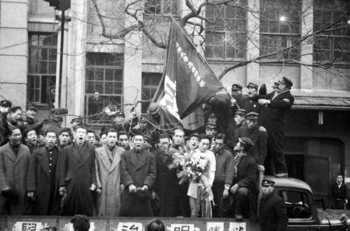 第23回大会 復路10区 14時間42分48秒で通算6度目の総合優勝を飾り、関係者の祝福を受ける明大のアンカー田中久夫(1947年1月5日)
