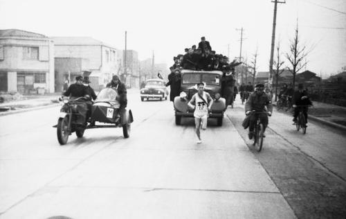 第23回大会 復路10区 トップを快走する明大のアンカー田中久夫(1947年1月5日)