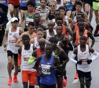 シカゴマラソンでスタートする大迫(左端)(AP=共同)