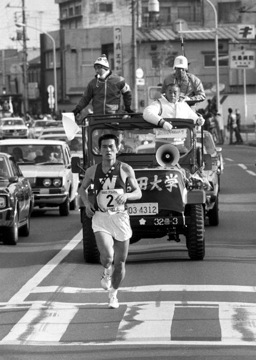 第56回箱根駅伝 早大・中村監督(車上の前方右)の指導を受けて花の2区を快走する瀬古利彦(1980年1月2日)