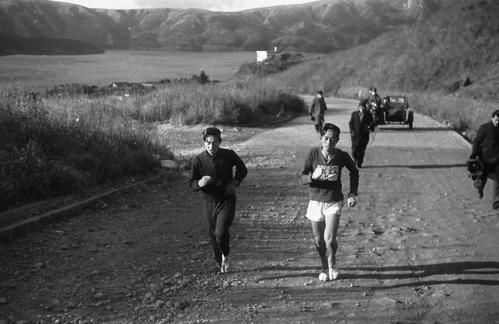 第24回大会 復路6区 芦ノ湖を背に上りにかかる復路4位スタートの法大・佐久間信之助(右、1948年1月7日)