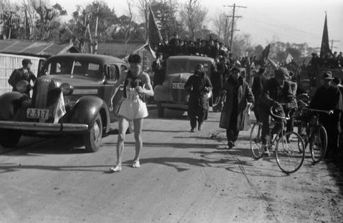 第24回大会 往路3区 馬入川にさしかかるあたりでけいれんを起こした明大・田中久夫は、足を引きずりながら平塚中継所へ(1948年1月6日)