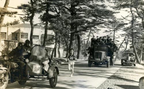 第25回大会 往路3区 茅ケ崎松並木付近をトップで力走する明大・田中久夫(1949年1月5日)
