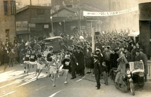 第25回大会 往路1区 午前8時、銀座の読売新聞社横を12チームが一斉スタート(1949年1月5日)