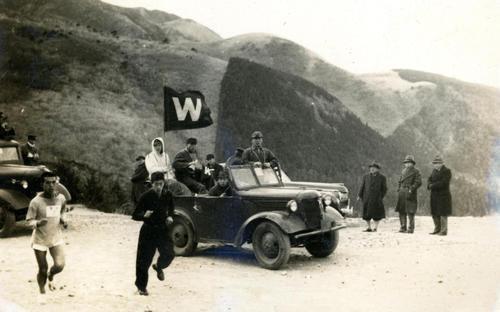 第25回大海 往路5区 七曲がりを行く2位早大・後藤秀夫、路上で観戦する高松宮さま(右3人中の中央)(1949年1月5日)