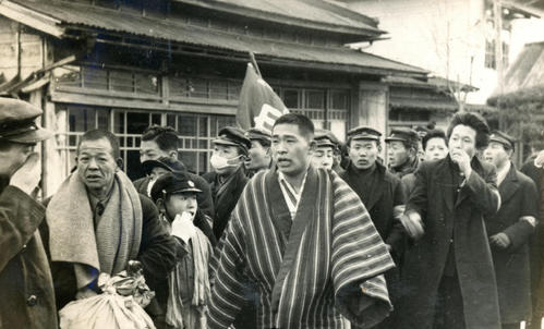 第25回大会 往路5区箱根郵便局前 往路2位でゴールした後、校歌を歌う早大・後藤秀夫(どてら姿)(1949年1月5日)