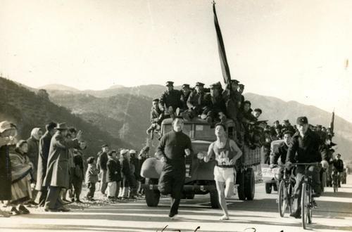 第25回大会 復路6区 箱根板橋付近を力走する2位早大・山田俊(1949年1月6日)