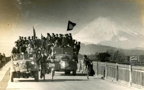 第25回大会 復路8区 富士山を背に馬入橋を渡る早大・大塚良一(区間1位でトップ明大に26秒差に迫る)(1949年1月6日)