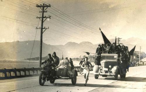 第25回大会 復路7区 国府津海岸を行くトップの明大・乙倉英雄(1949年1月6日)