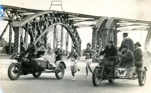 第25回大会 復路10区 六郷橋で1度トップを譲った明大アンカー木渓博志(左)は満を持して八ツ山橋で早大・水野栄英(右)をとらえる(1949年1月6日)