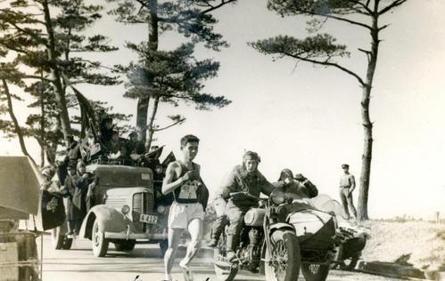 第25回大会 復路8区 2位早大の追い上げにあう明大・槙野敦宣(1949年1月6日)