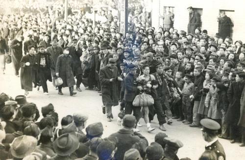 第25回大会 復路10区 2年ぶり7度目の優勝を飾った明大アンカー木渓博志は、同僚らに支えられながら引き揚げる(1949年1月6日)