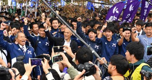 箱根駅伝予選会で5位通過の明大は笑顔で校歌を歌う(撮影・柴田隆二)
