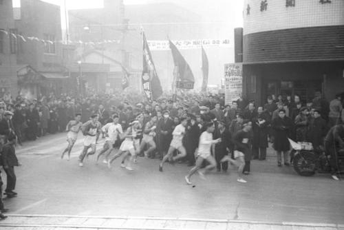 第27回大会 往路1区 午前8時、銀座の読売新聞社横を11チームが一斉スタート(1951年1月5日)