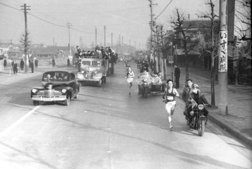 第27回大会 往路1区 第一京浜を行く選手たち(1951年1月5日)
