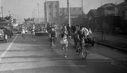 第27回大会 往路1区 第一京浜を行く法大・茂木昭寿(区間4位)(1951年1月5日)