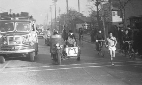 第27回大会 往路1区 第一京浜を行く明大・島村和男(区間3位)(1951年1月5日)