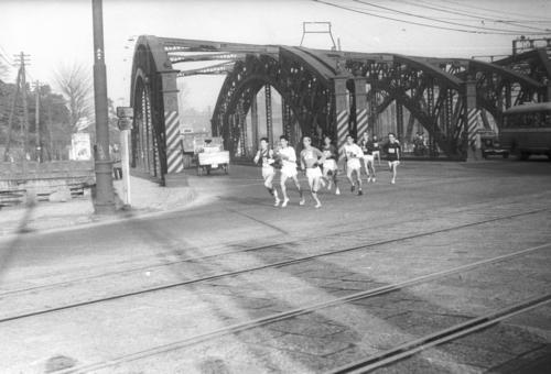 第27回大会 往路1区 八ツ山橋を渡った先頭集団(1951年1月5日)