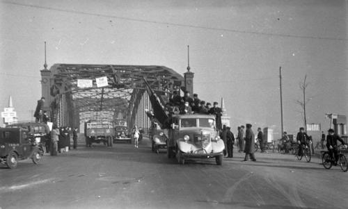 第27回大会 往路1区 六郷橋を渡り神奈川県に入った中大・浅井正(区間1位)(1951年1月5日)