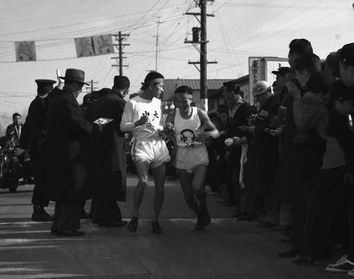 第31回大会 区間新記録で4区の吉田(右)にタスキをつなぐ中大3区の佐藤光信(1955年1月2日)
