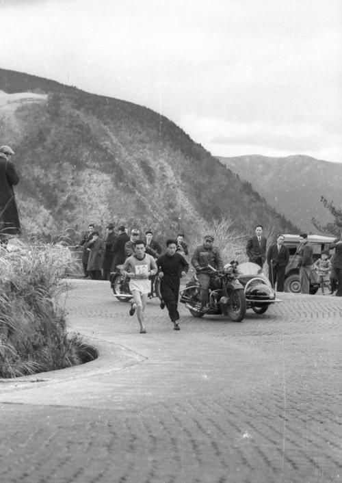第31回大会 往路5区 トップ中大を必死で追い上げる日大・田中茂樹(左)。田中茂樹は広島県出身 51年に日本初参加のボストンマラソンで優勝(2時間27分45秒)した(1955年1月2日)