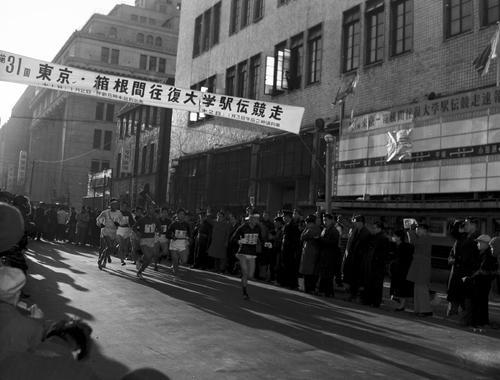 第31回大会 往路1区午前8時、銀座の読売新聞社横を15校が一斉スタート(1955年1月2日)